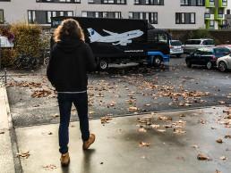 Mann vor LKW mit Flugzeug