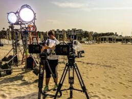 Mann mit Kameras auf Stativen