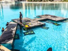 Wasser mit schwimmenden Plattformen